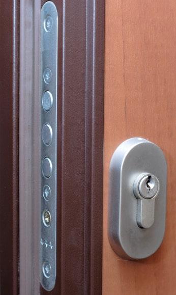 Protection de la porte d'entrée avec une porte blindée