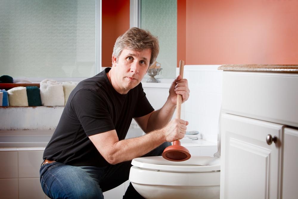 homme toilette bouchée
